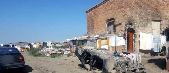 Foggia, bimbi tra immondizia e amianto: la denuncia del M5S