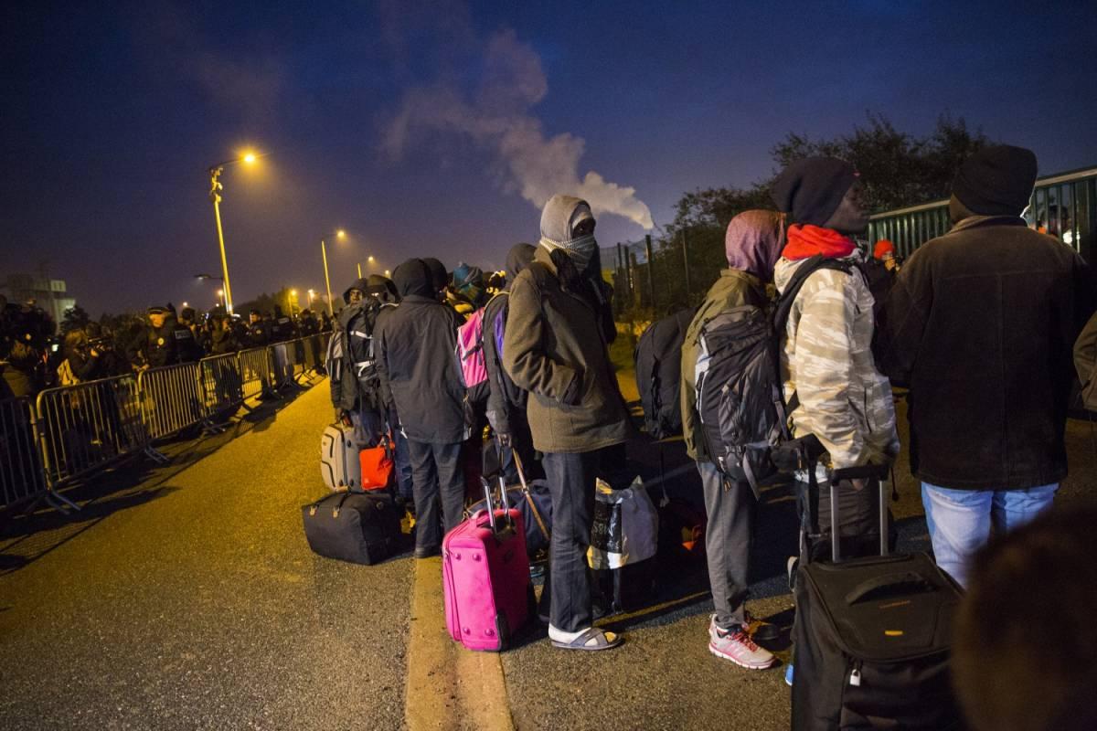 """Via gli immigrati da Calais: la Francia sgombera la """"giungla"""""""