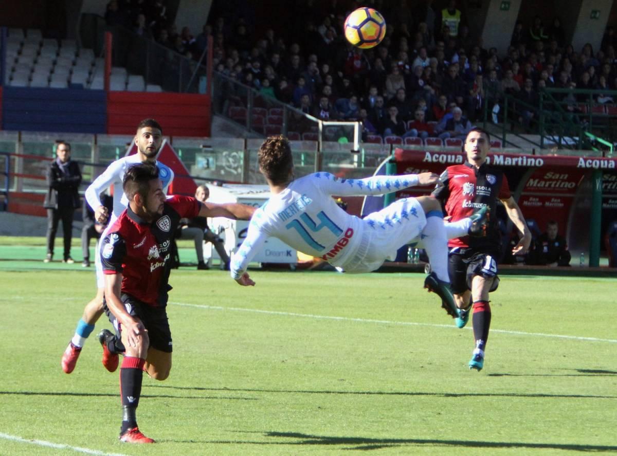 Napoli, manita al Cagliari: finisce 5-0 con la tripletta di Mertens