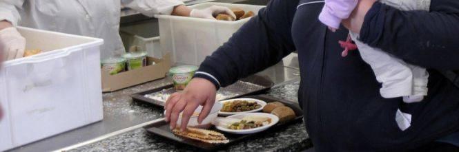 Regalano il pane solo agli italiani. E i buonisti si scandalizzano