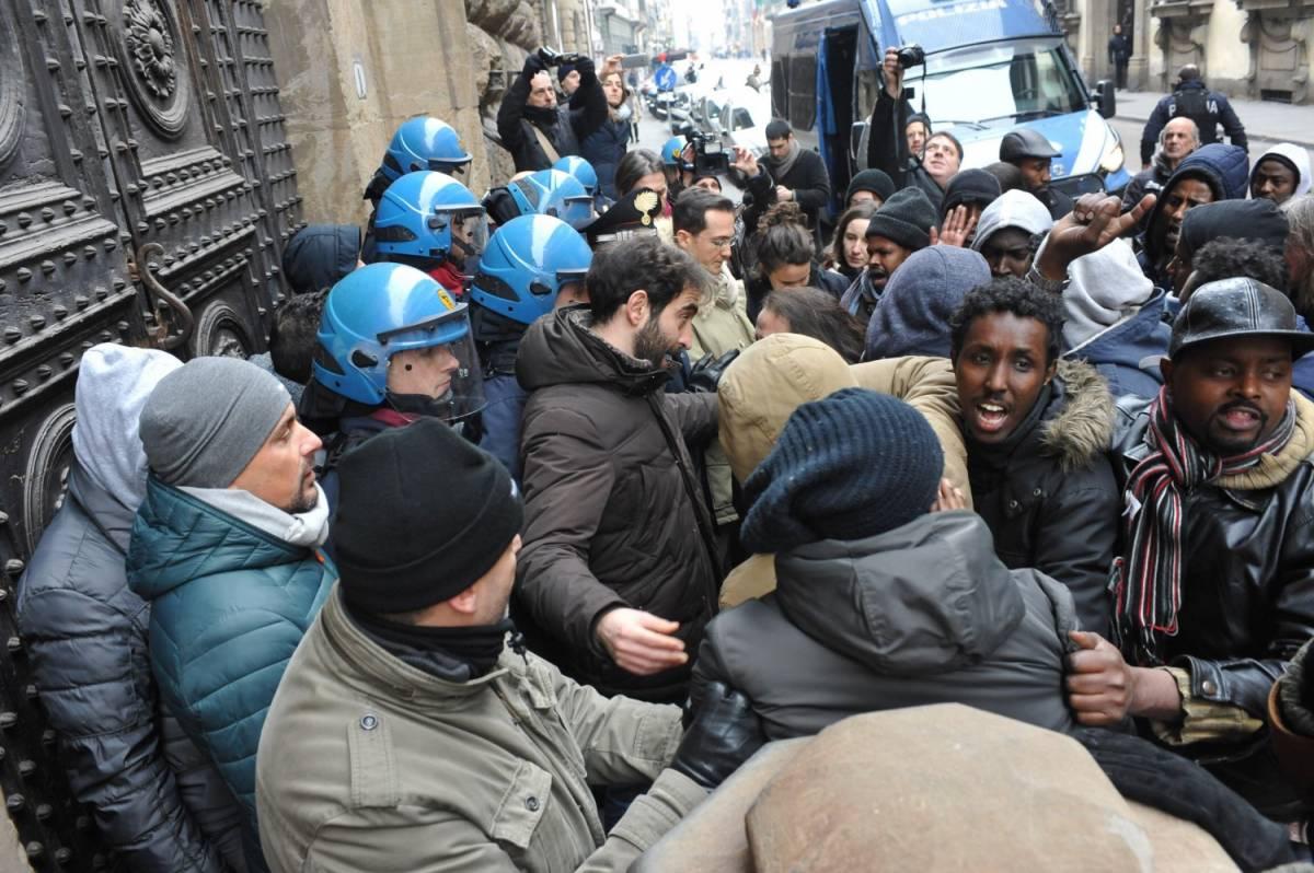 Firenze, protesta degli immigrati: tensioni davanti alla Prefettura