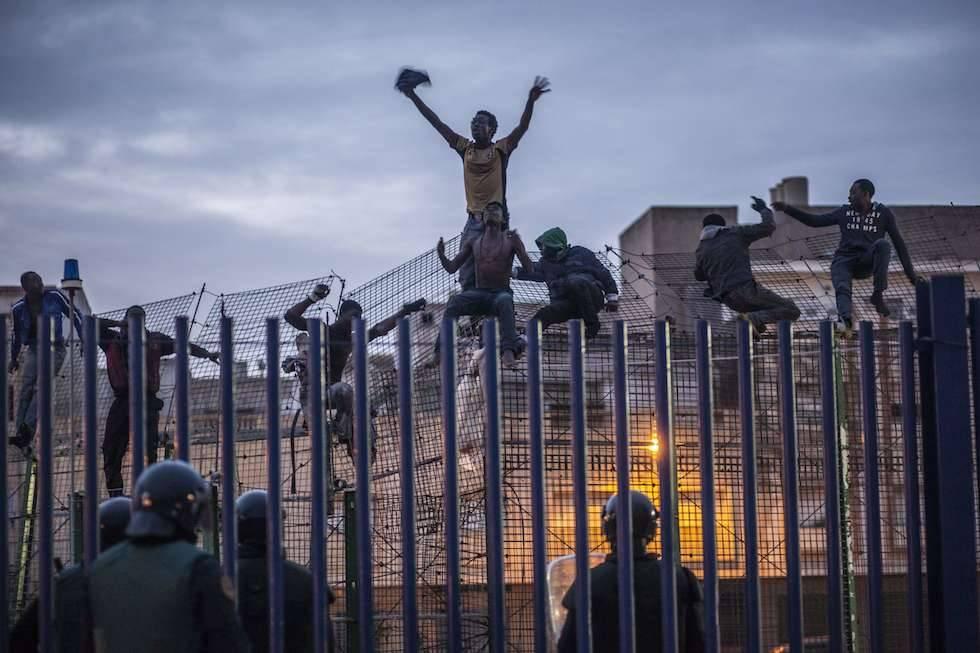 Spagna, 300 migranti assaltano il confine di Melilla