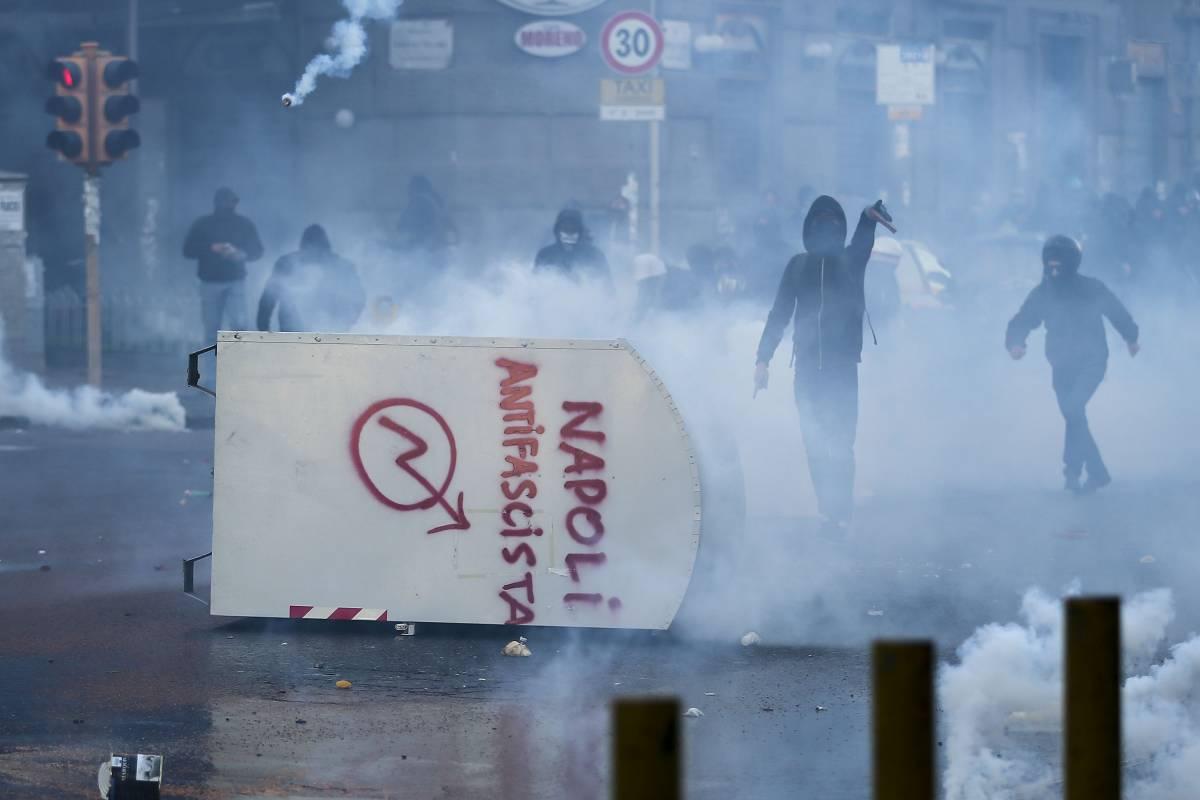 Tensione a Napoli per Salvini Bottiglie e sassi contro polizia