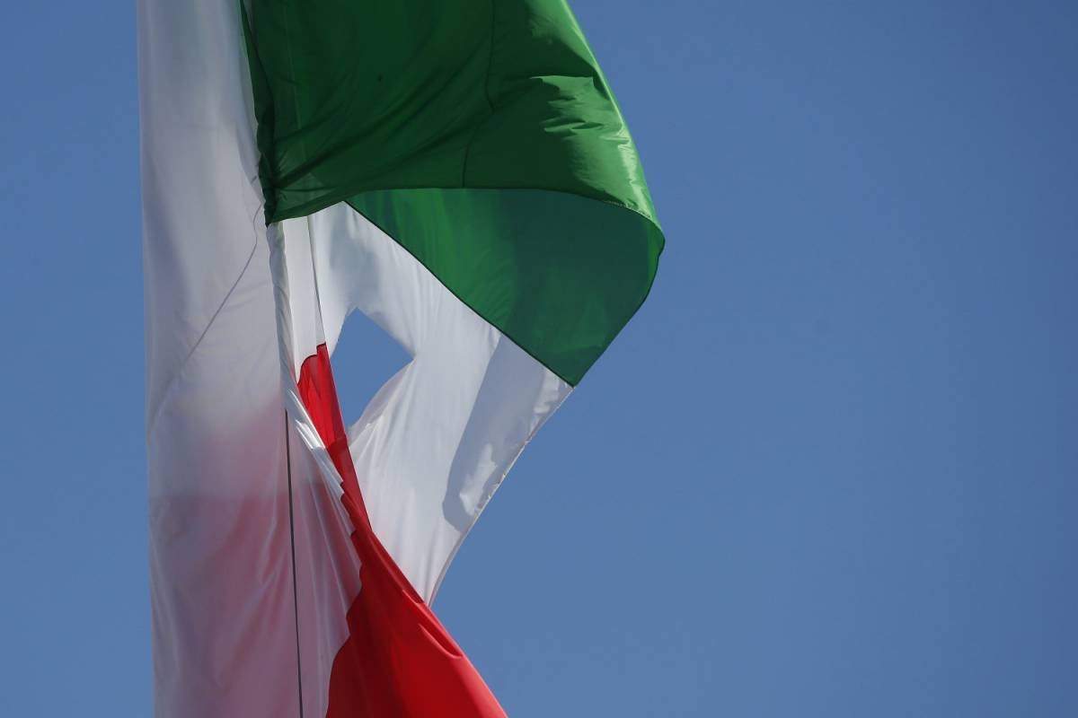 La Raggi va all'altare della Patria. Ma la bandiera italiana è bucata