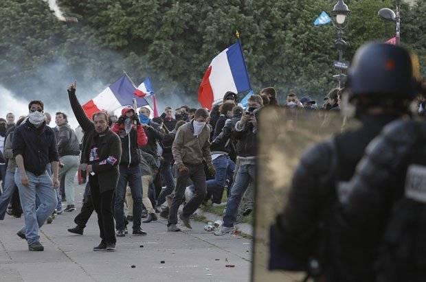 Parigi, tensioni e scontri alla prima manifestazione contro Macron
