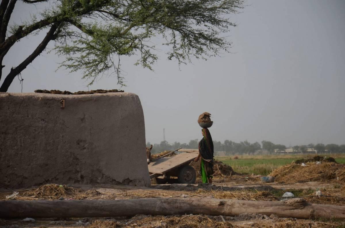 Pakistan, partorisce una bimba e il marito le dà fuoco