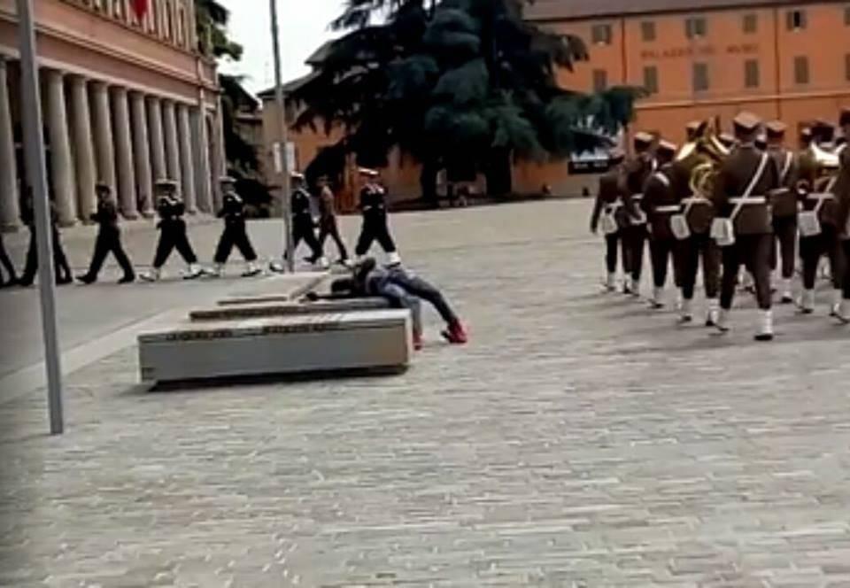 Reggio Emilia, sfregio del migrante ai soldati: bivacca alla cerimonia