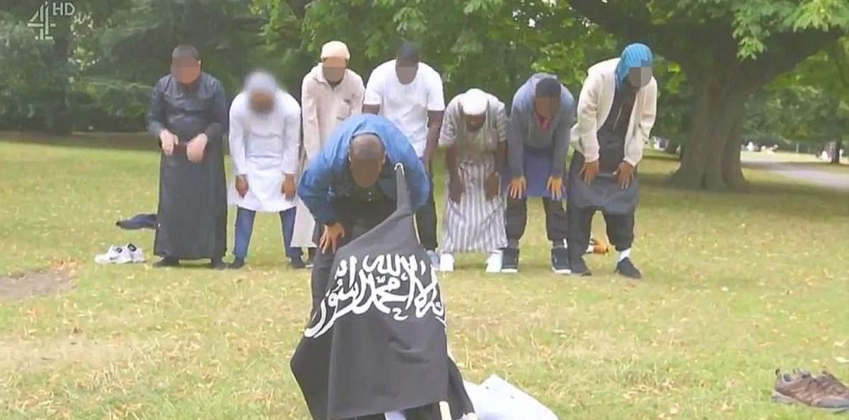 Il terrorista di Londra dispiega la bandiera dell'Isis in un parco