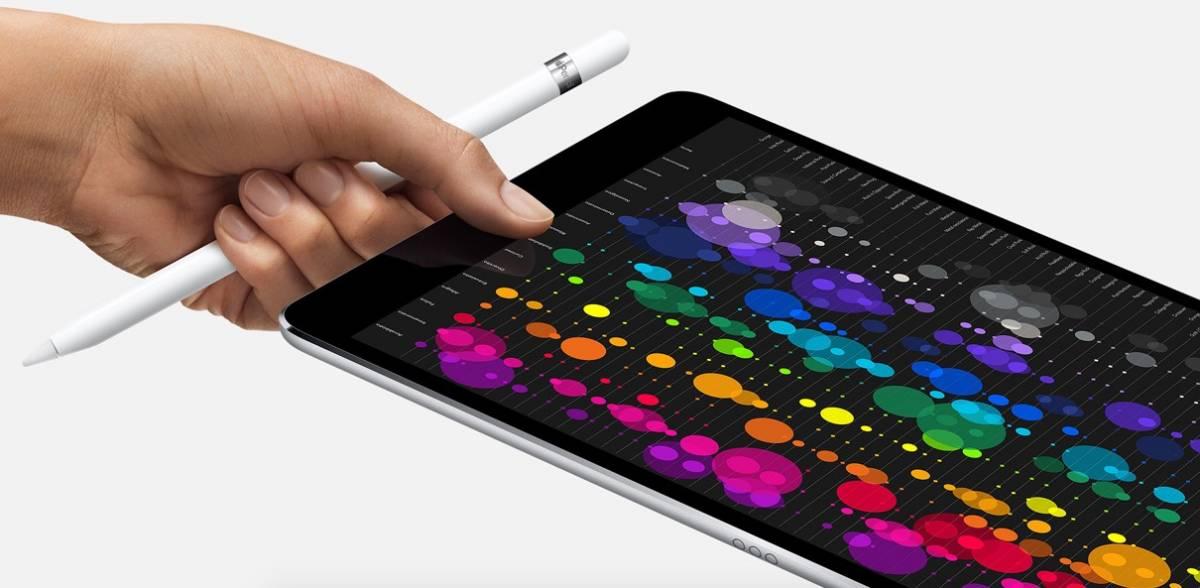 Gioca con l'iPad del papà e lo blocca fino al 2067