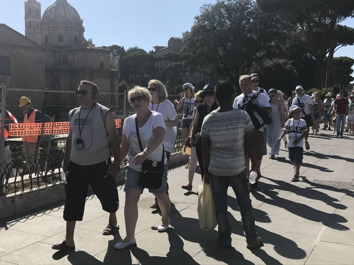 """""""Così guadagniamo senza pagare le tasse"""". Il business abusivo delle bottigliette d'acqua per i turisti"""