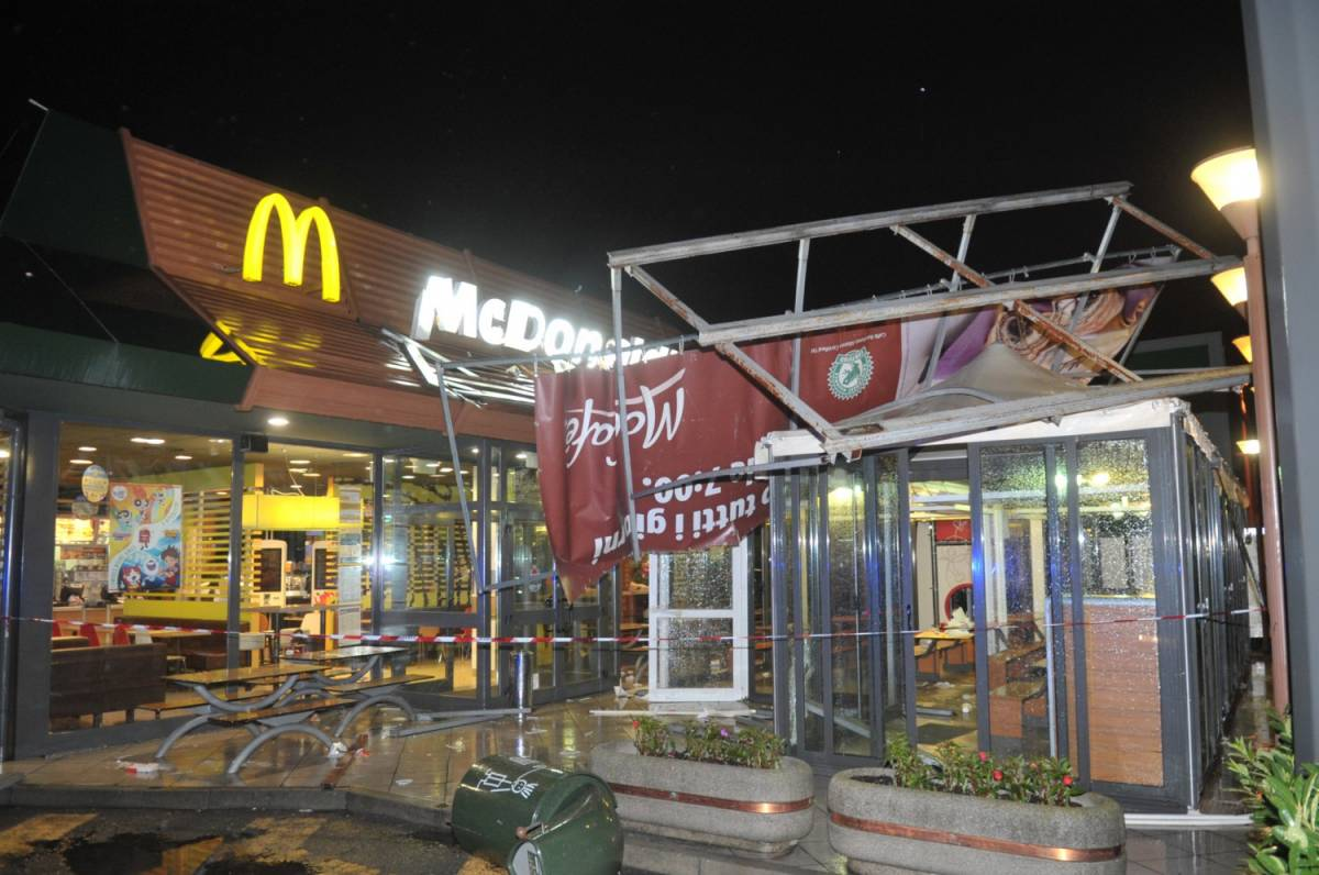 Milano, tromba d'aria danneggia il gazebo di McDonald's: bimbo di 7 anni ferito alla testa: è grave