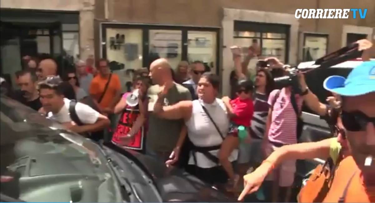 Vaccini, tre deputati Pd aggrediti dai no-vax fuori da Montecitorio