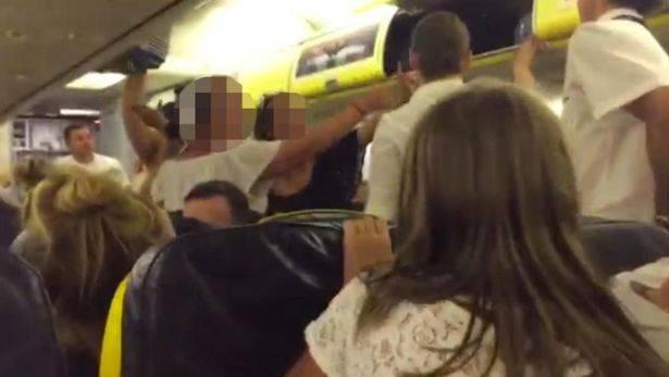 Rissa sul volo Ryanair, le ragazze vengono cacciate dall'aereo