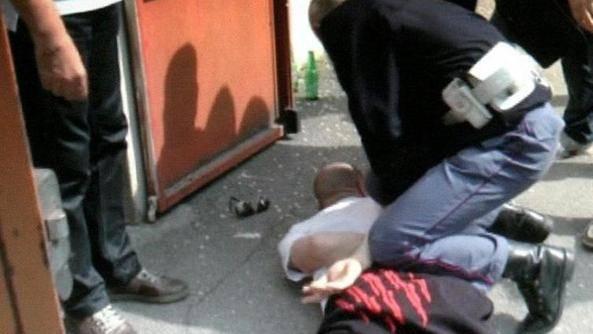 Nigeriano ubriaco molesta passanti e aggredisce poliziotto: arrestato