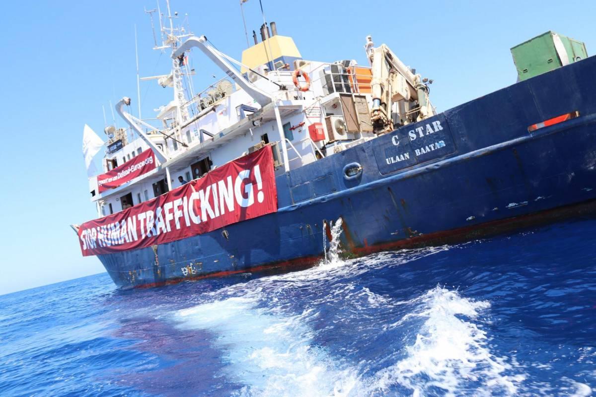 """Nave di destra aiuta la Libia: """"Abbiamo cacciato una Ong"""""""