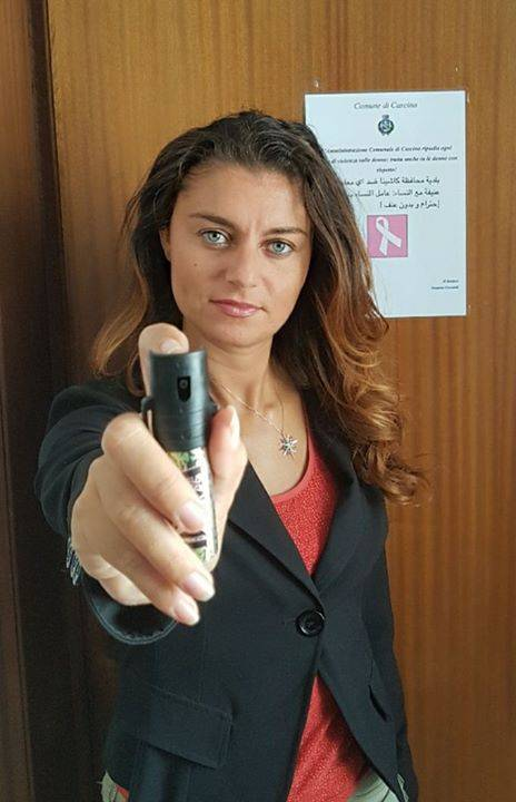 Il sindaco leghista di Cascina regala alle donne lo spray per difendersi