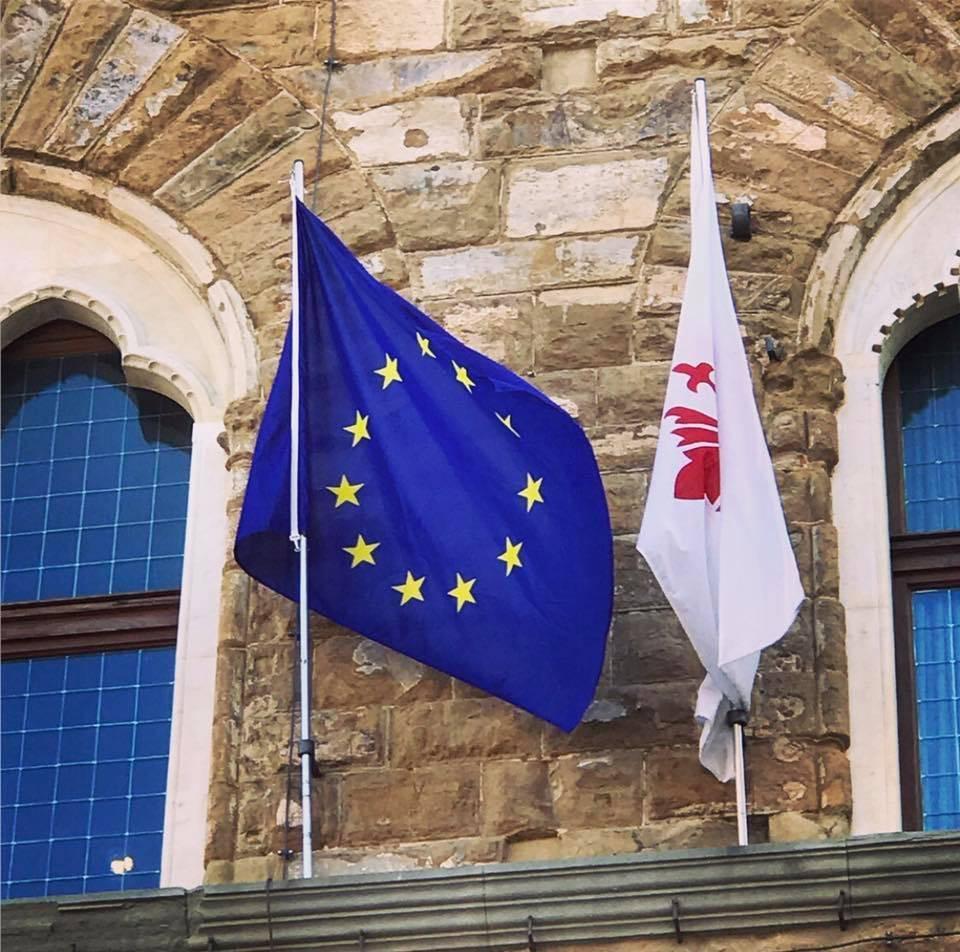 Firenze, bandiere dell'Ue per la visita di Theresa May