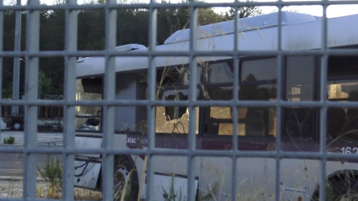"""La denuncia degli autisti: """"Così i rom ci devastano gli autobus per divertimento"""""""