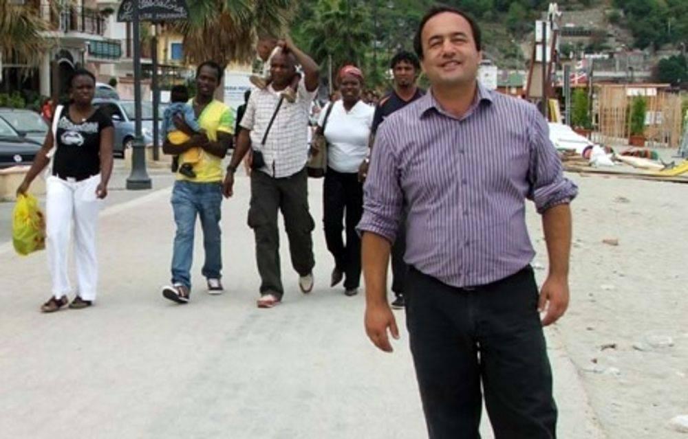 Il sindaco eroe dei migranti finisce indagato per truffa