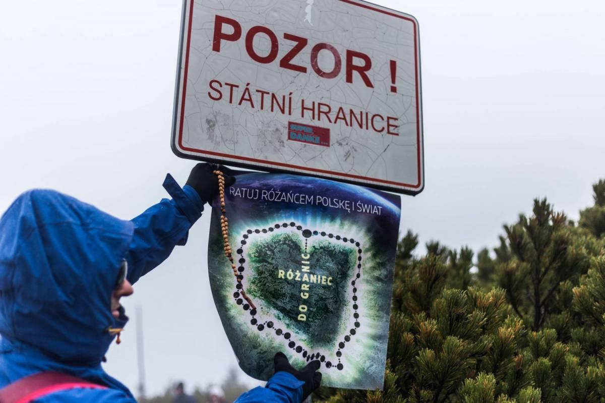 """Dopo il rosario ai confini l'attacco del primate polacco: """"Sospenderò a divinis i sacerdoti anti-migranti"""""""