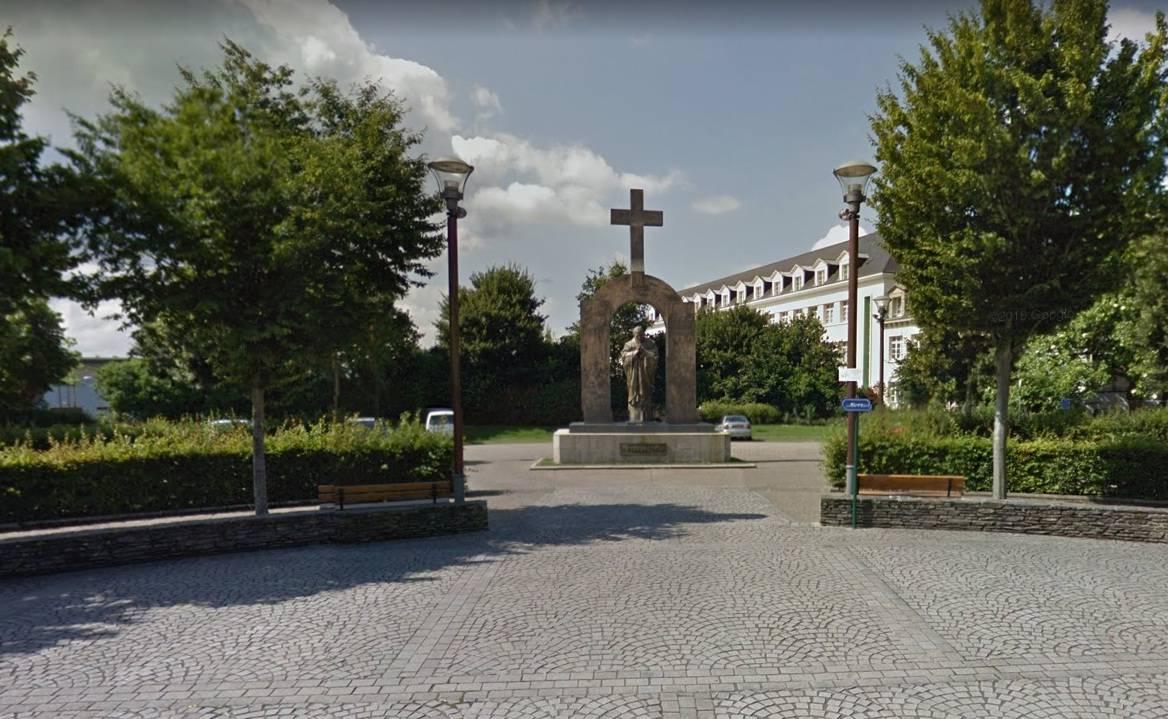 La Francia fa rimuovere la Croce dalla statua di San Giovanni Paolo II