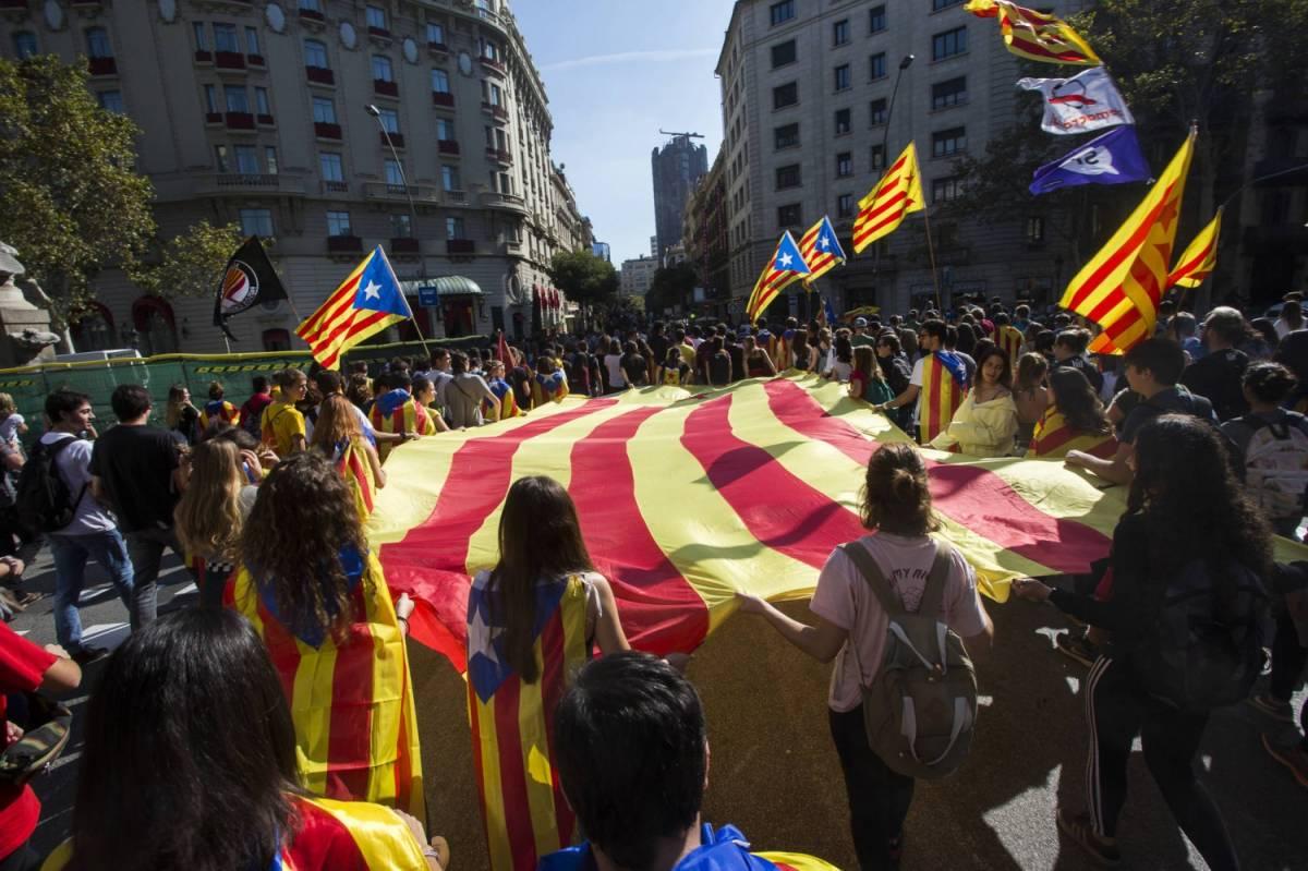 """La Catalogna dichiara l'indipendenza. Rajoy: """"Spagnoli state tranquilli"""""""