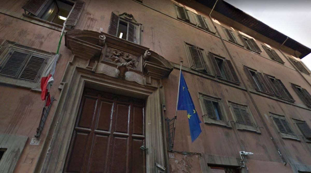 Liceo Virgilio, si stacca tegola dal tetto: ferita una studentessa