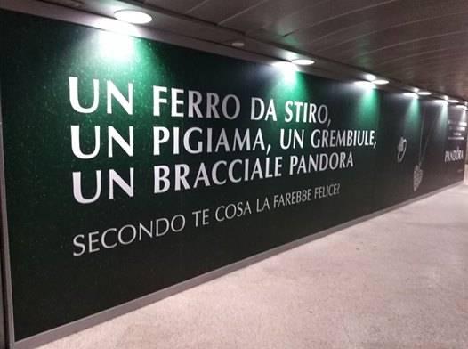 """""""Ferro da stiro o bracciale?"""": la pubblicità di Pandora accusata di sessismo"""