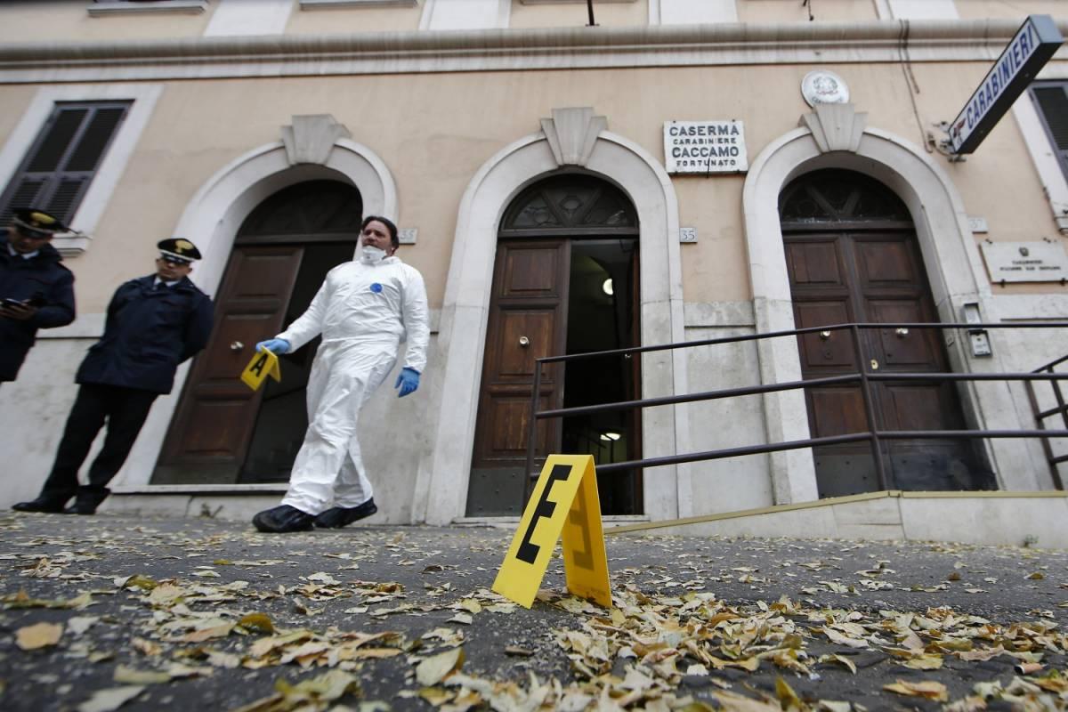 Roma, attacco ai carabinieri: bomba davanti alla caserma