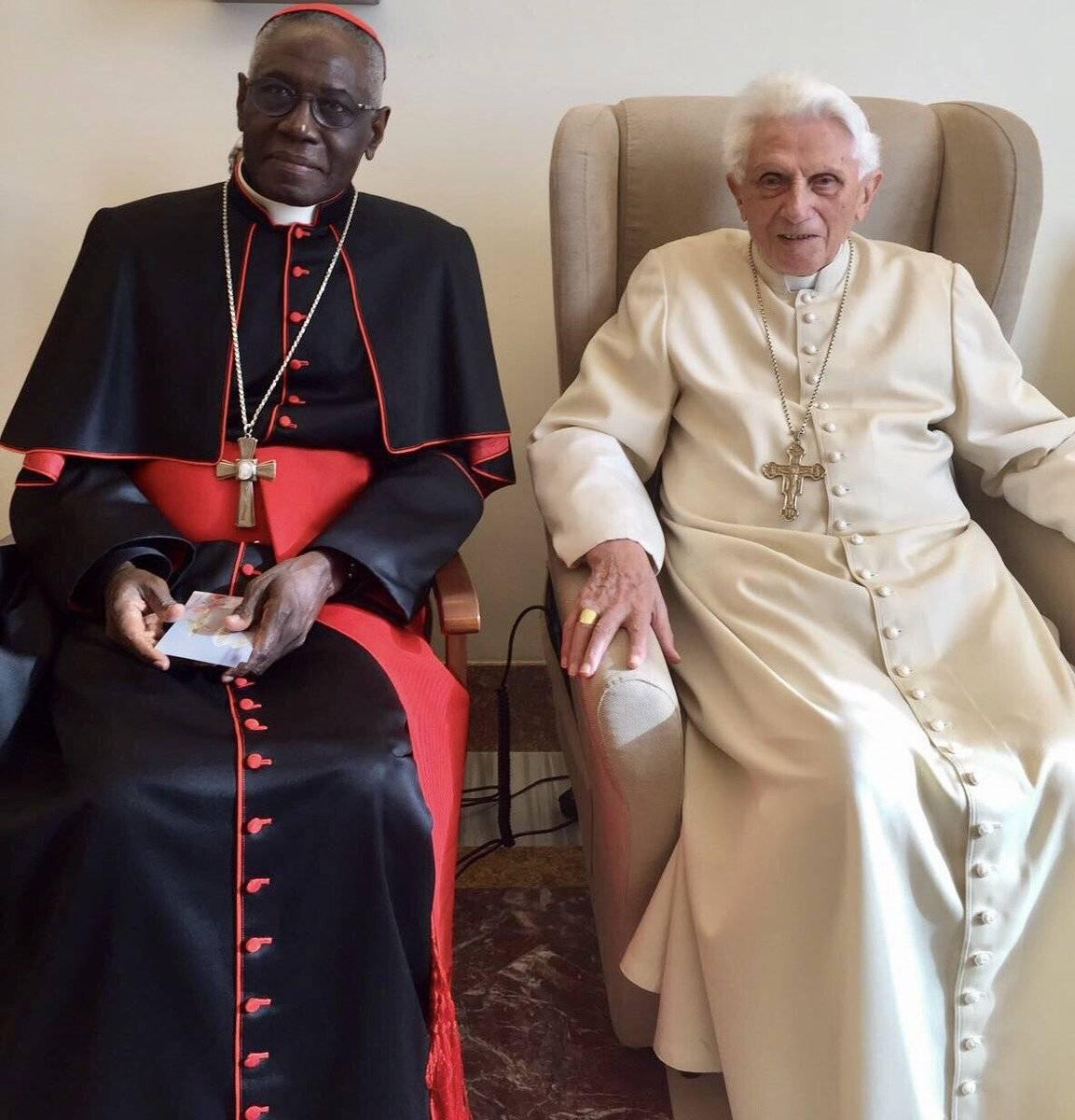 Il cardinale Sarah e il papa Emerito in una foto recente