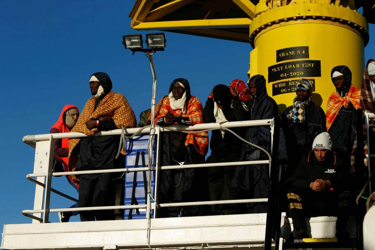 Il piano elettorale di Minniti: 10mila rifugiati in Italia con voli umanitari