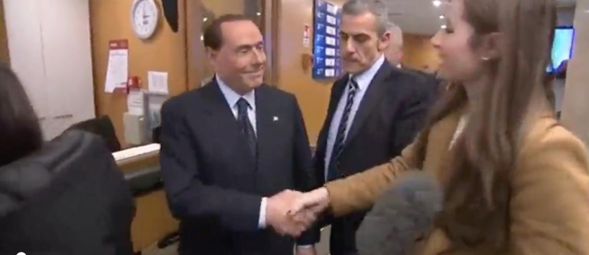 Berlusconi scherza con la reporter: 'Se stringi la mano così, chi ti sposa?'