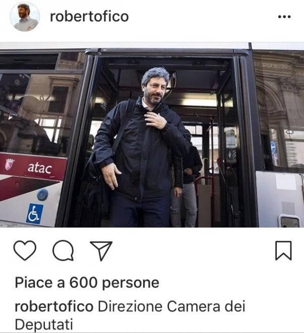 Il presidente della Camera Fico arriva a Montecitorio con l'autobus