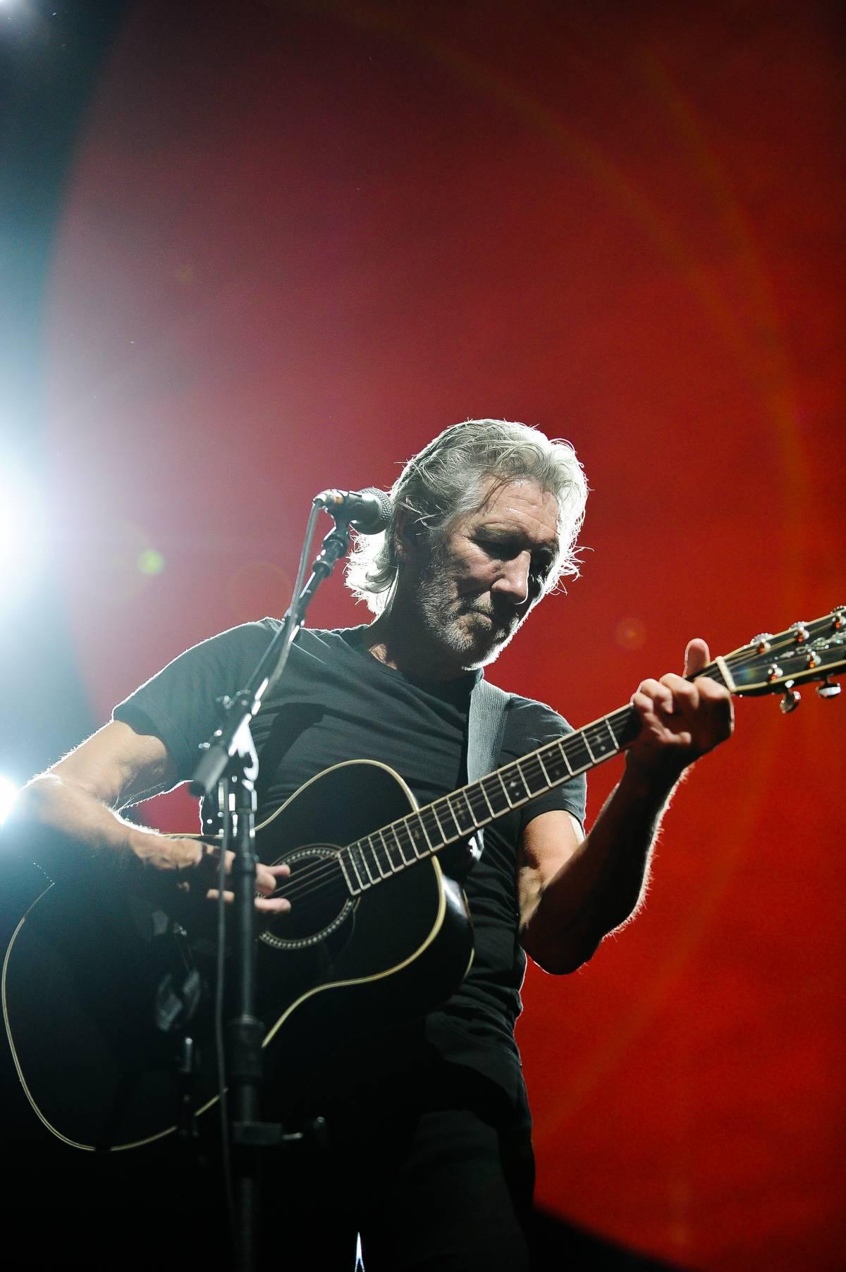 Waters contro Gilmour: ridammi i social