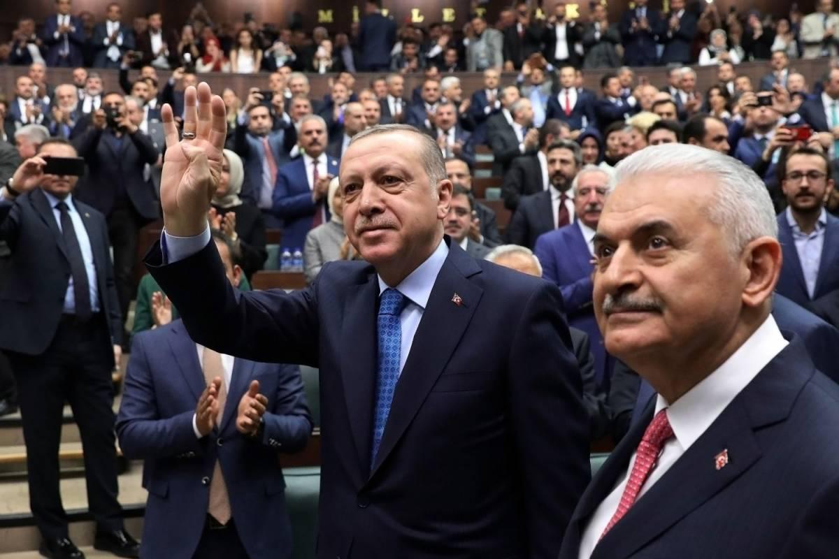 Il presidente turco Erdogan in parlamento con il premier Yildirim