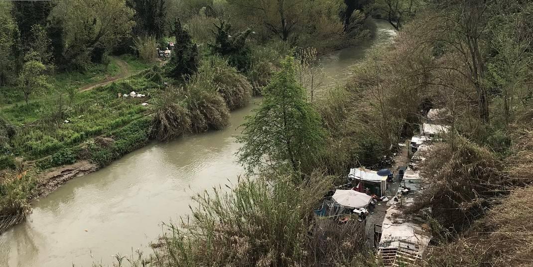 Baraccopoli sull'Aniene, muore un rom. Quell'inutile bonifica degli insediamenti abusivi