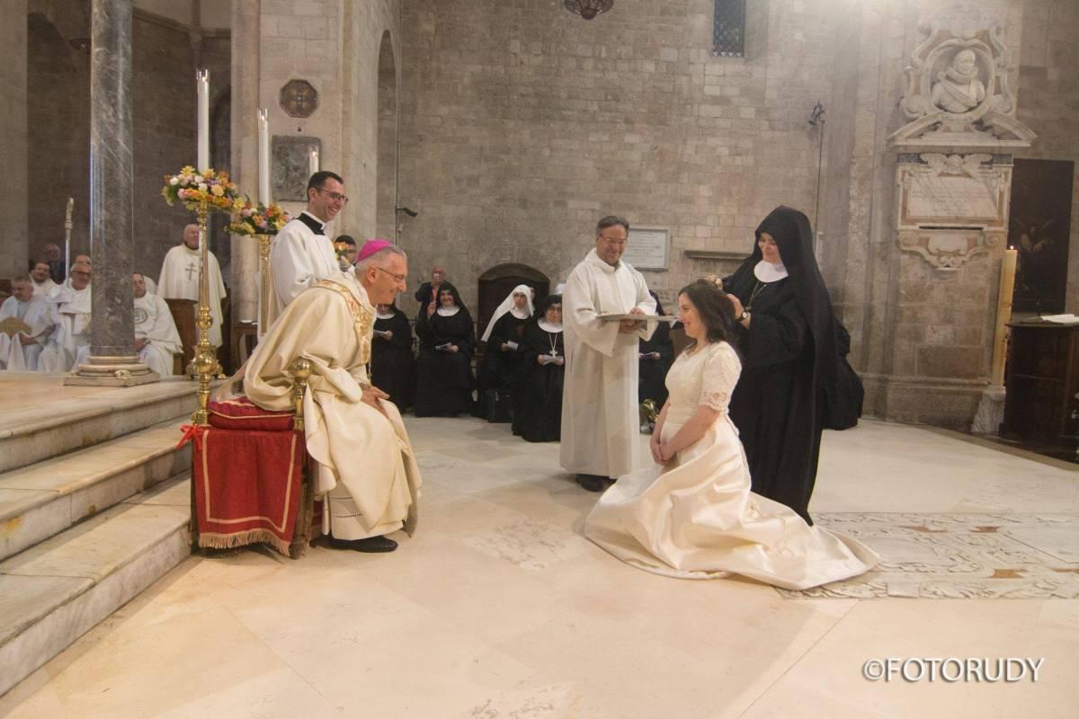 Il coraggio della clarissa vestita da sposa