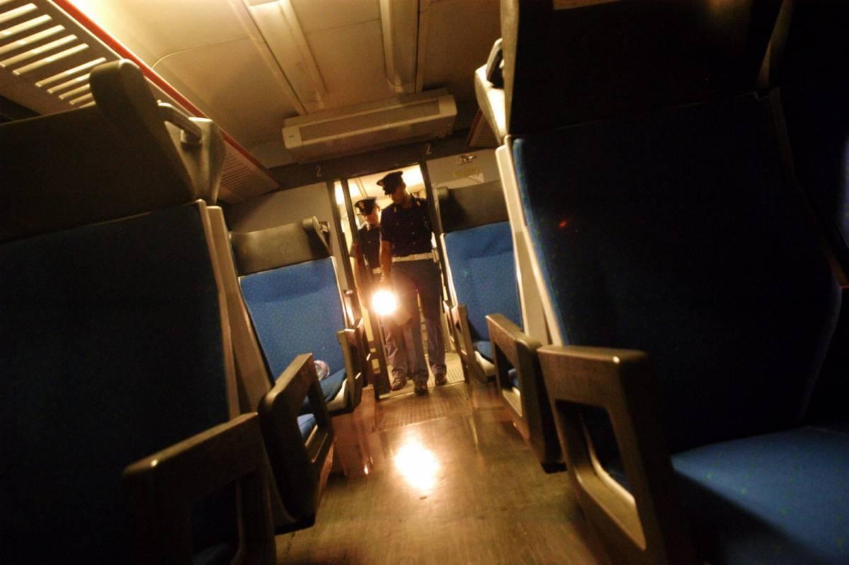 La furia del nigeriano sul treno: aggredisce controllore e agenti