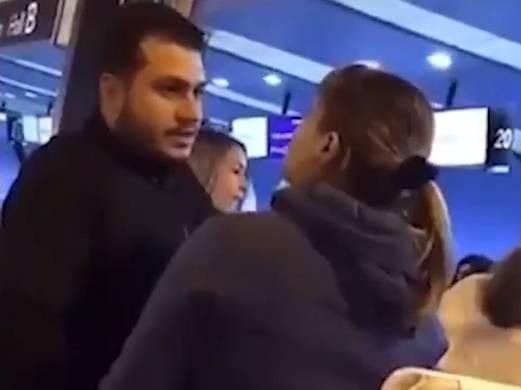 Scopre il marito con l'amante all'aeroporto. La sfuriata incredibile della moglie