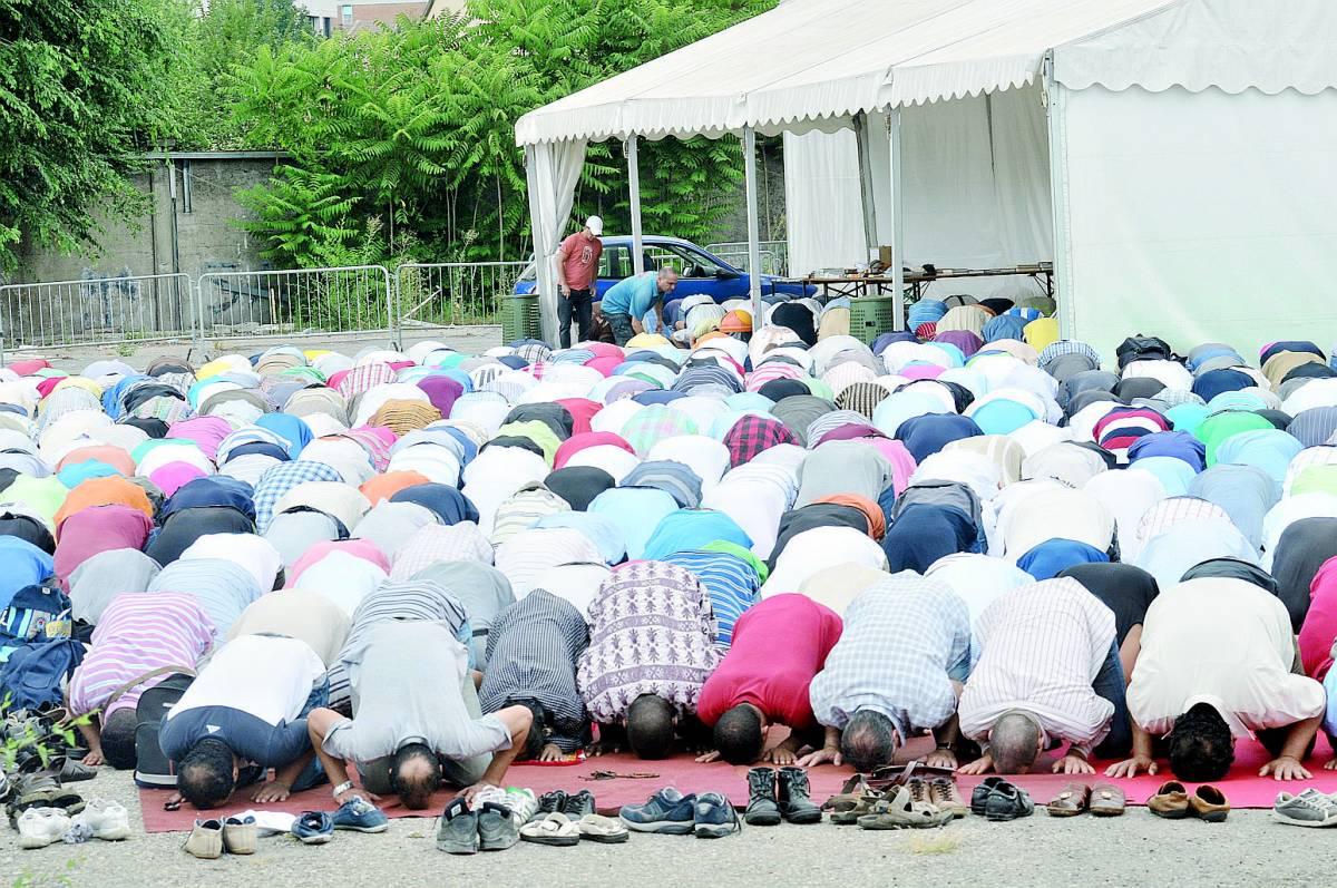Gli islamici pregano nella sede del Pd