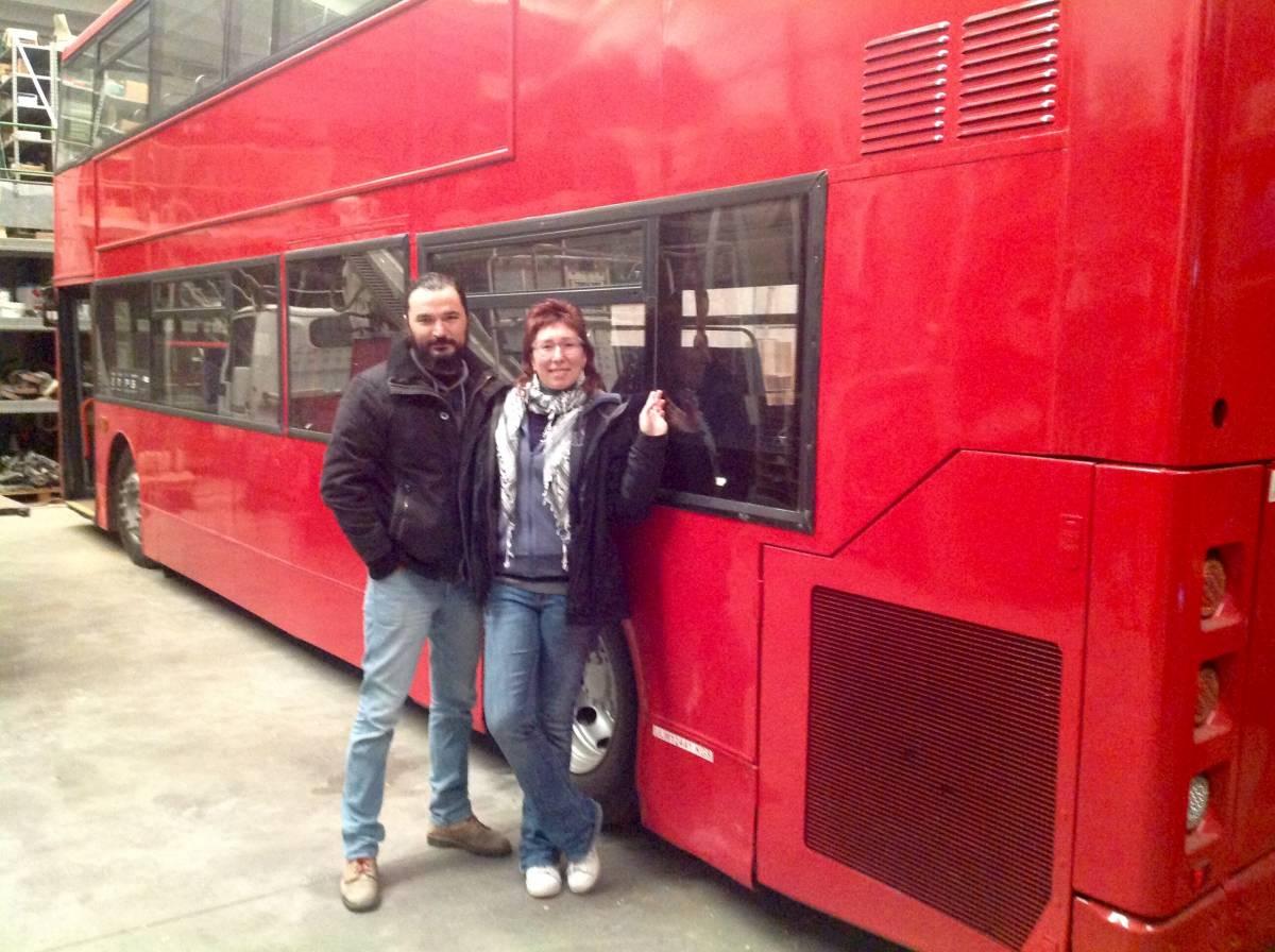 La coppia di librai trevigiani Sara Rago e Simone Brisotto davanti a Dennis, l'autobus londinese trasformato in libreria itinerante.