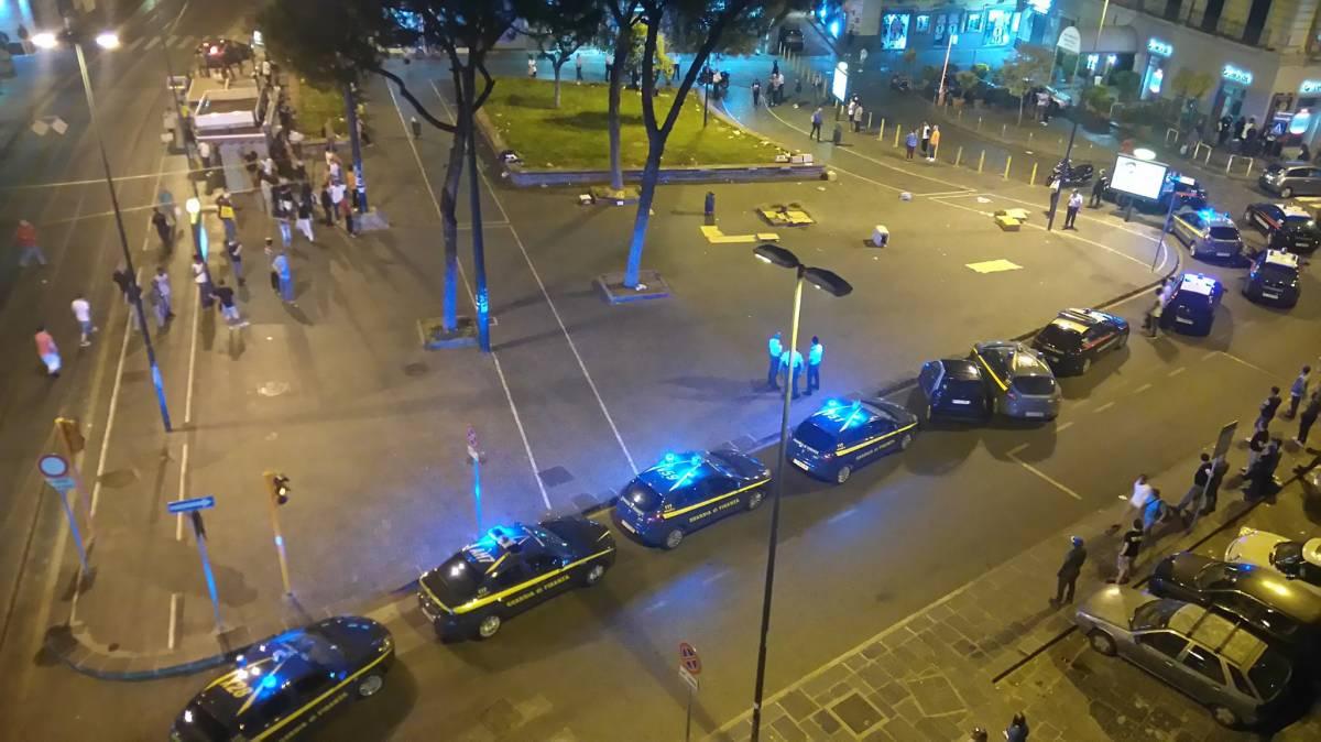 Migranti, assalto choc a Napoli: carabinieri accerchiati e feriti