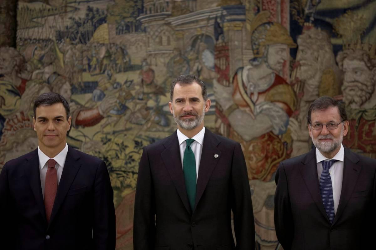 Spagna, Sanchez giura nelle mani del re (ma senza la Bibbia)