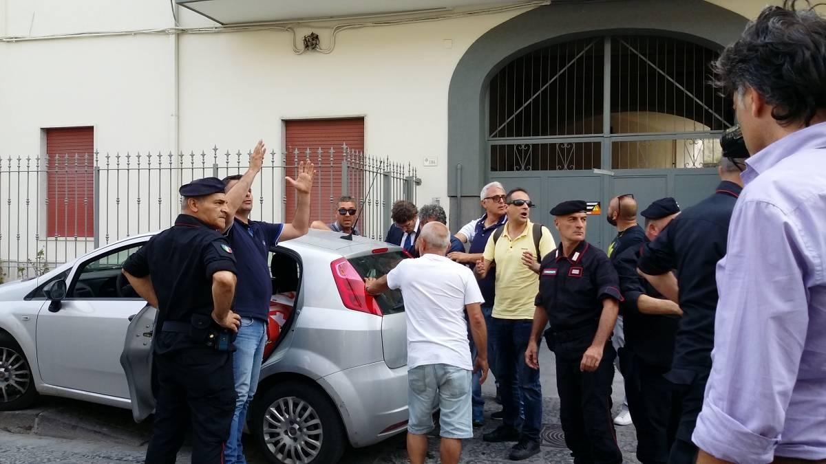 Lavoratore si incatena davanti la casa di Di Maio e si cosparge di benzina