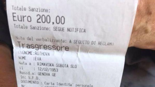 Genova, multa di 200 euro a una clochard: infastidiva i commercianti perchè bivaccava per strada