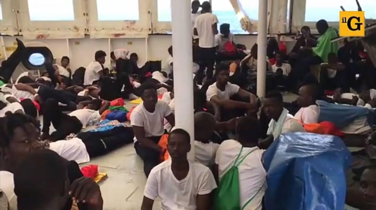 Ecco i migranti sull'Aquarius: i video dalla nave della Ong