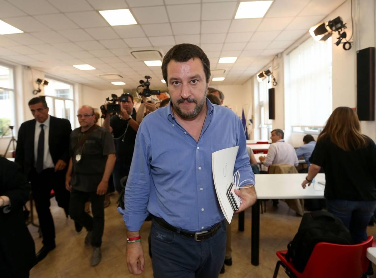 """Salvini adesso sfida Macron: """"Hai cuore? Domani ti do 9mila migranti"""""""