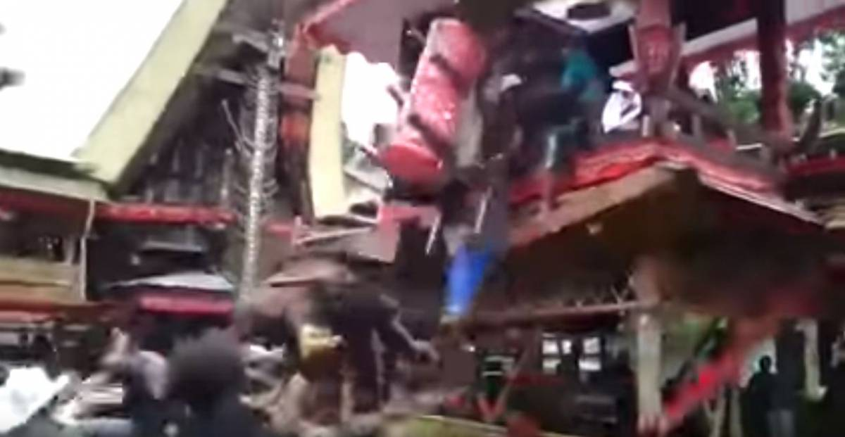 Indonesia, 40enne schiacciato dalla bara della sua mamma