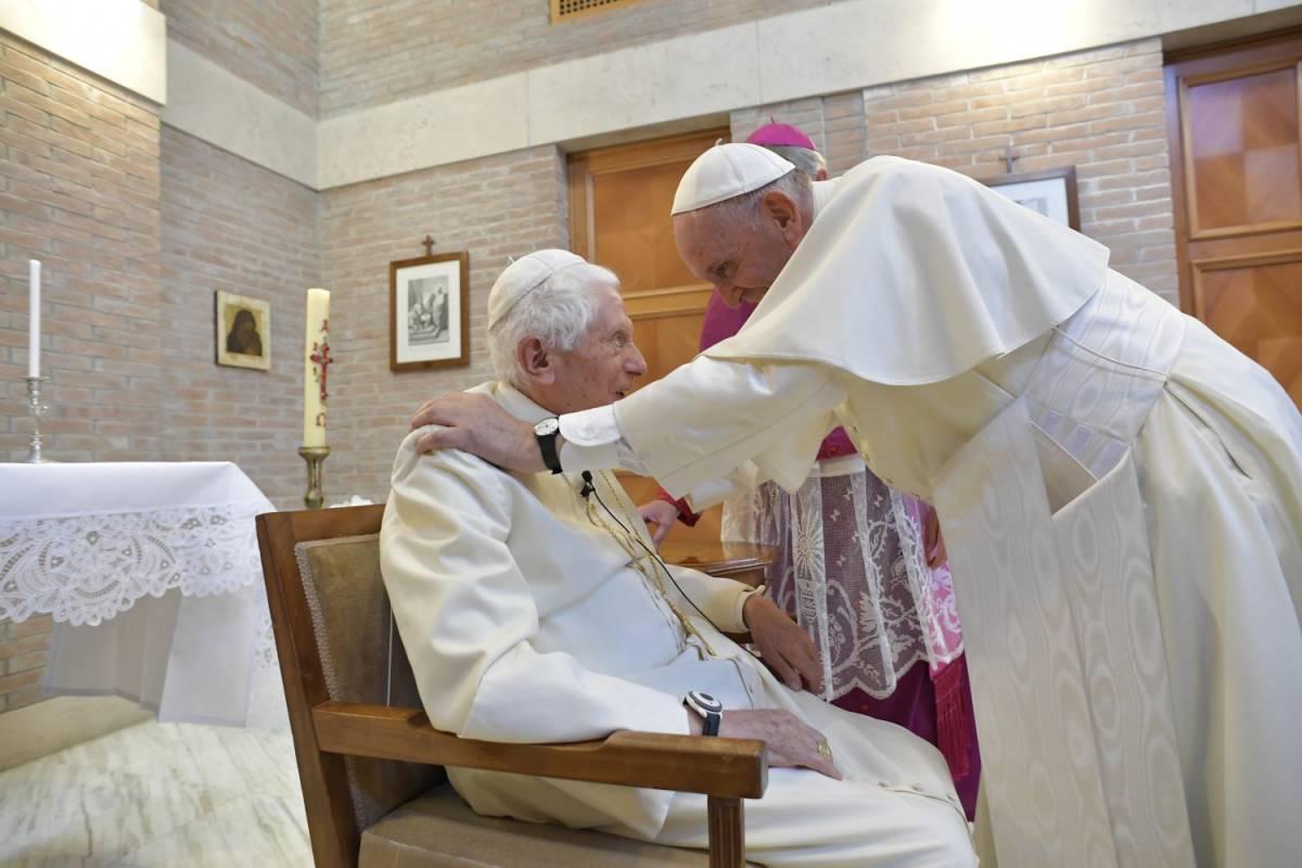 """Ratzinger chiarisce ancora in una lettera: """"C'è solo un Papa"""""""