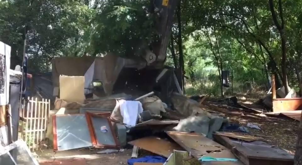 Ruspe in azione nel campo rom abusivo di Firenze